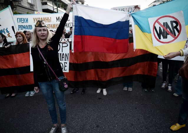 People hold Russian and Ukrainian flags tied together bearing an anti-war symbol (File)