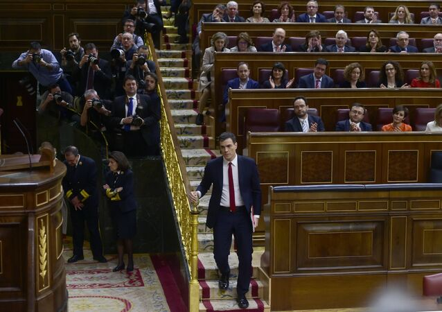 Leader of Spanish Socialist Party (PSOE) Pedro Sanchez (C) descends the stairs before speaking at Las Cortes in Madrid on March 1, 2016 during a parliamentary debate to vote him through as prime minister and allow the country to finally get a government.