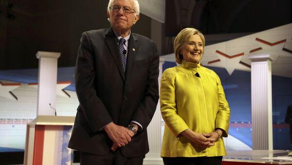 Democratic presidential candidates Sen. Bernie Sanders and Hillary Clinton - Sputnik International