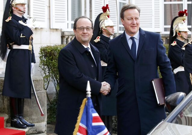French President Francois Hollande (L) shakes hands with Britain's Prime Minister David Cameron as they arrive to attend a Franco-British summit in Amiens, northern France, March 3, 2016.