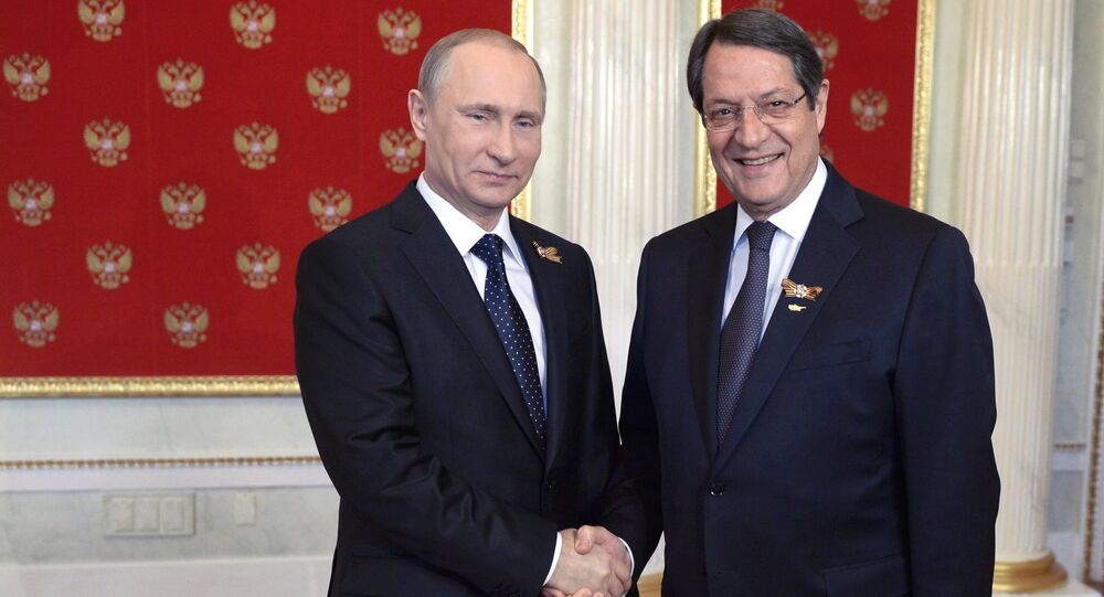 President Vladimir Putin, left, and President of Cyprus Nicos Anastasiades during the welcome reception for foreign delegation heads and honorary guests in the Kremlin (File)