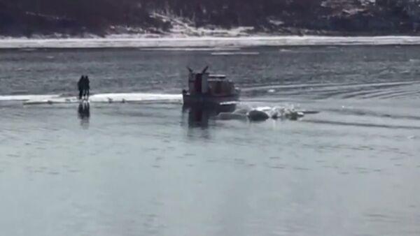 Selfie Fail: Two Teens Rescued From Ice Float - Sputnik International