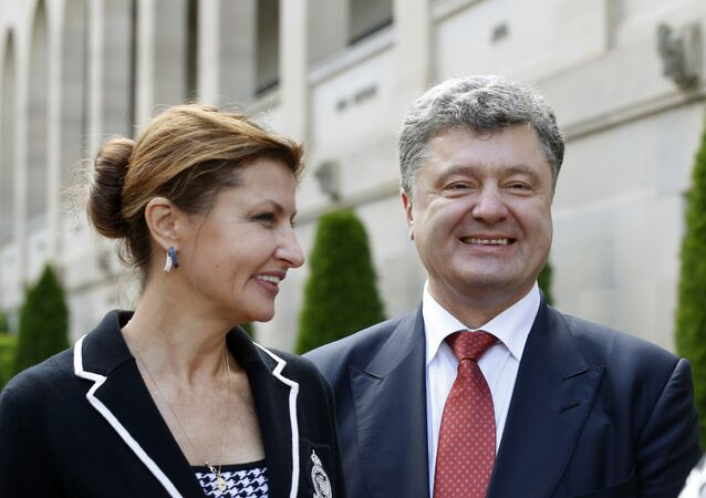 Ukraine's President Petro Poroshenko (R) and his wife Maryna (R)