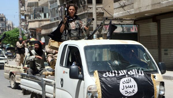 Fighters from Al-Qaeda's Syrian affiliate Al-Nusra Front drive in armed vehicles in the northern Syrian city of Aleppo as they head to a frontline, on May 26, 2015. - Sputnik International