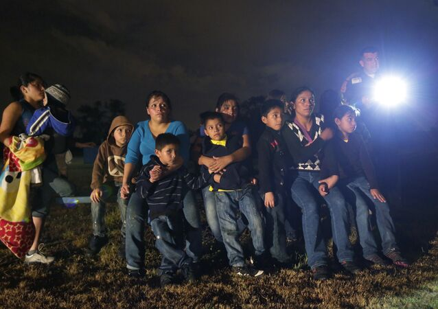 A group of young migrants from Honduras and El Salvador who crossed the U.S.-Mexico border illegally as they are stopped in Granjeno, Texas (File)