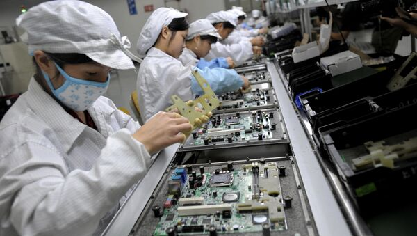 Chinese workers assemble electronic components at the Foxconn's factory in Shenzhen, in the southern Guangzhou province (File) - Sputnik International