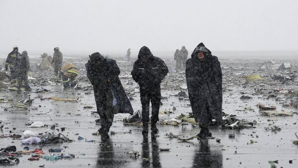 Emergencies Ministry members work at the crash site of a Boeing 737-800 Flight FZ981 operated by Dubai-based budget carrier Flydubai, at the airport of Rostov-On-Don, Russia, March 19, 2016. - Sputnik International