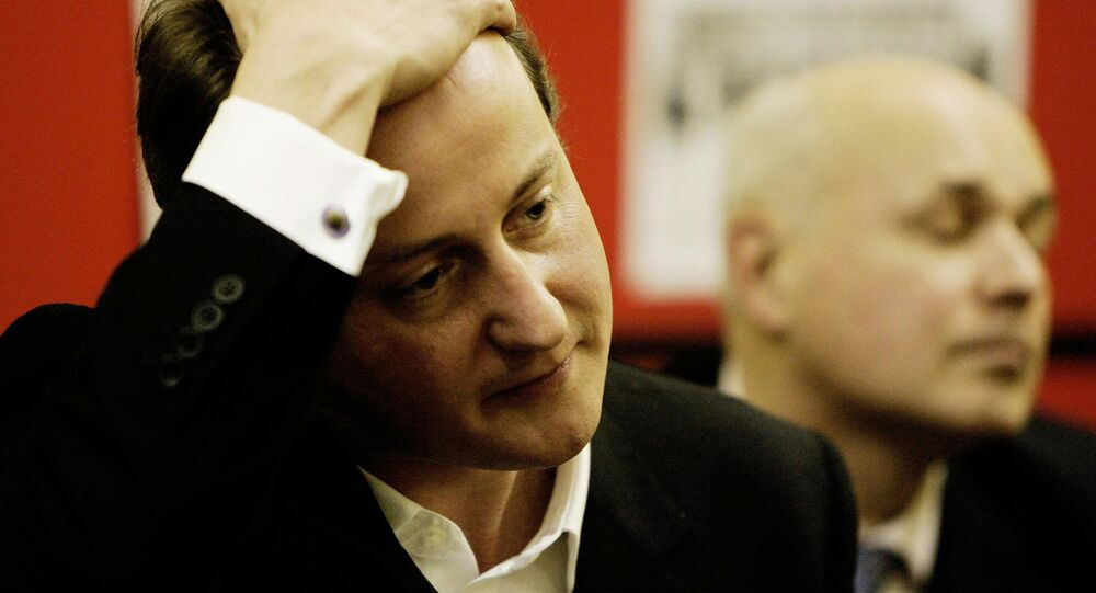 David Cameron (L) and Iain Duncan Smith attend a meeting.