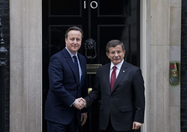 British Prime Minister David Cameron (L) shakes hands with Turkish Prime Minister Ahmet Davutoglu on the steps of No 10 Downing Street in central London on Janurary 18, 2016.