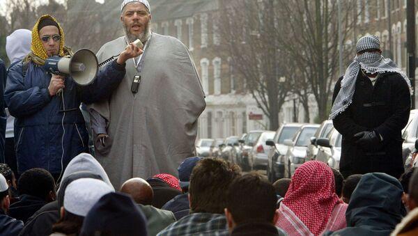 This file picture shows radical Imam Abu-Hamza al Masri leading prayers outside the closed Finsbury Park Mosque. UK (File) - Sputnik International