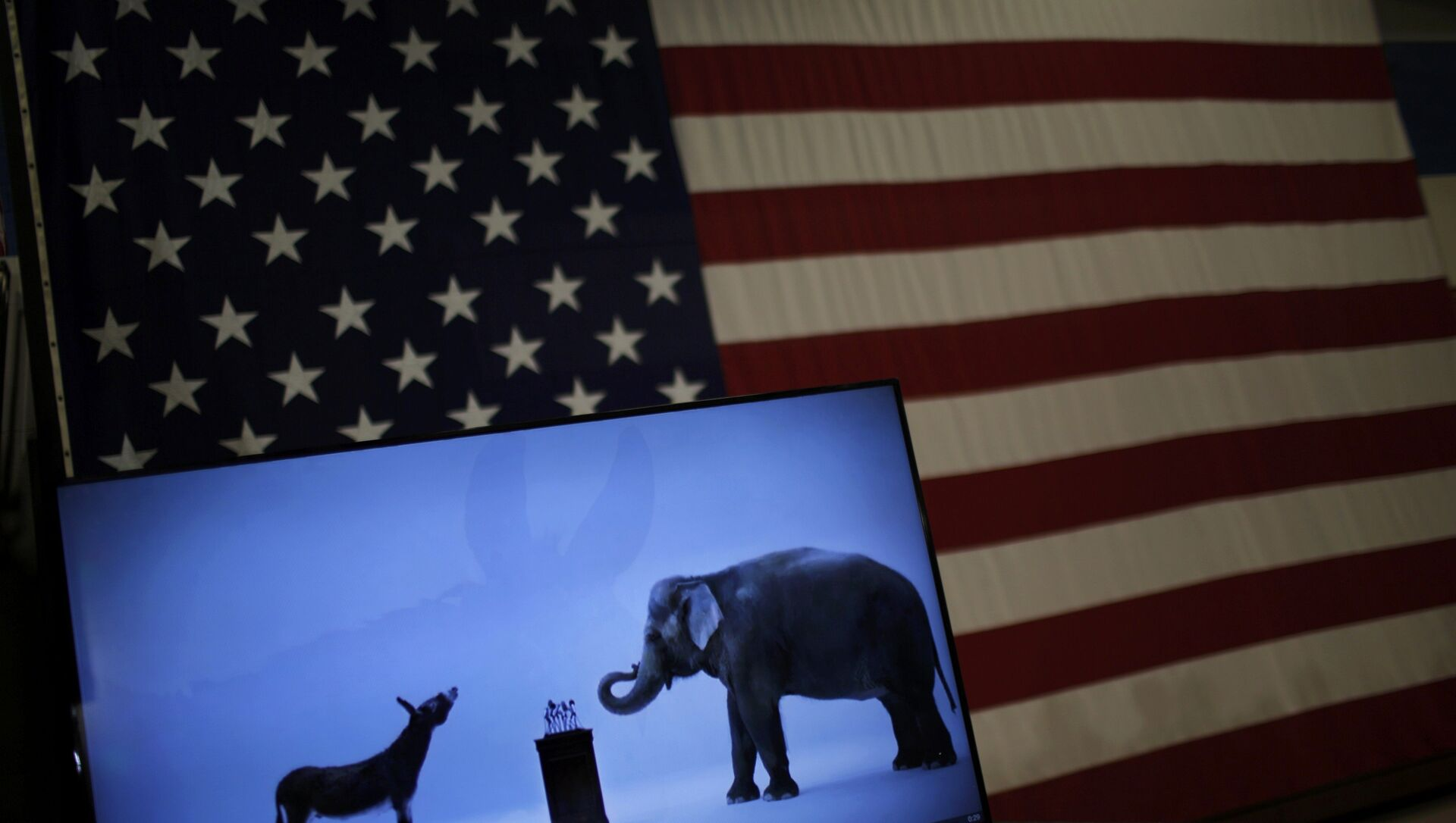 The mascots of the Democratic and Republican parties, a donkey for the Democrats and an elephant for the GOP, are seen on a video screen at Democratic U.S. presidential candidate Hillary Clinton's campaign rally in Cleveland, Ohio March 8, 2016 - Sputnik International, 1920, 15.03.2021