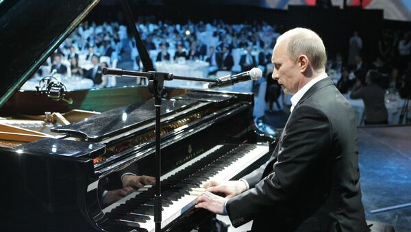 Russian President Vladimir Putin (then Prime Minister) plays the piano at a charity concert for children stricken with cancer and eye diseases held at St. Petersburg's Ice Palace, December 10, 2010. - Sputnik International