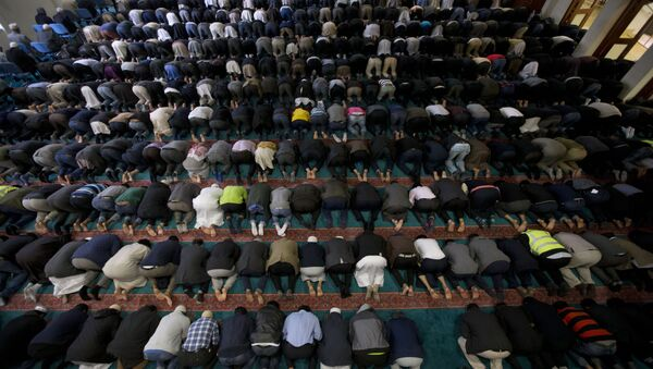 Men take part in prayers at the 7,000 worshipper capacity East London Mosque in east London, the largest mosque in the United Kingdom - Sputnik International