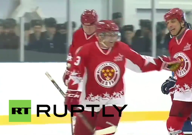 Russia: DefMin Shoigu shows off ice hockey skills at Airborne college