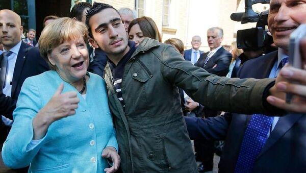 Anas Modamani with Angela Merkel - Sputnik International
