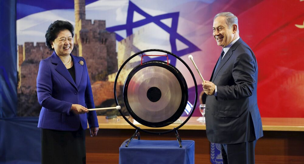Israeli Prime Minister Benjamin Netanyahu (R) and Chinese Vice Premier Liu Yandong strike a gong during their joint news conference in Jerusalem March 29, 2016