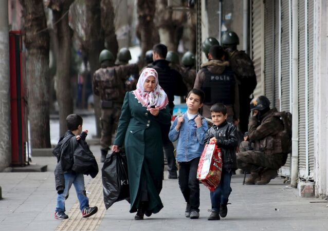 A woman with children and the members of Turkish police special forces in the background (File)