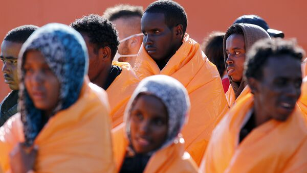 Migrants stand in line after disembarking from the Norwegian vessel Siem Pilot at Pozzallo's harbour, Italy, March 29, 2016.  - Sputnik International