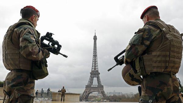 French army paratroopers patrol near the Eiffel tower in Paris. - Sputnik International