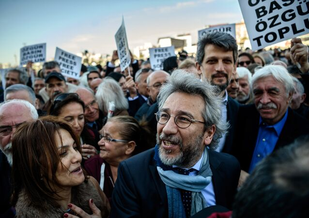 Turkish opposition Cumhuriyet daily's editor-in-chief Can Dundar (C) arrives at the Istanbul courthouse for his trial on April 1, 2016