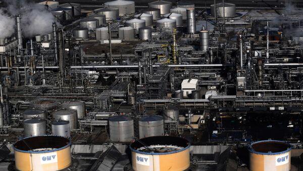 An areal view of the Austrian petrol refinery plant OMV near Vienna - Sputnik International