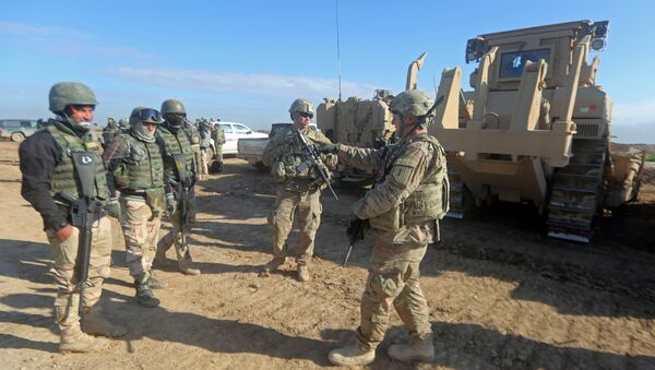 US soldiers give guidance as they train Iraq's 72nd Brigade in a live-fire exercise in Basmaya base, southeast of the Iraqi capital, Baghdad, on January 27, 2016 - Sputnik International