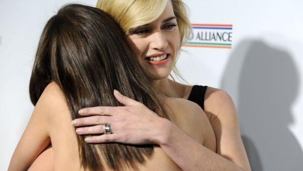 British actress Kate Winslet gets a hug from fellow actress Marion Cotillard. - Sputnik International