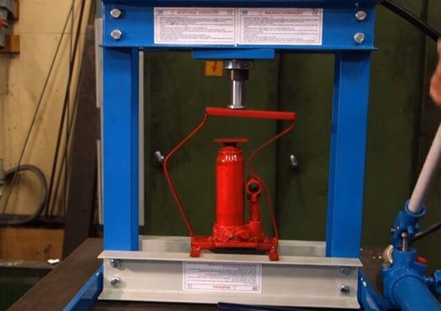 Pressception (crushing hydraulic press with hydraulic press)