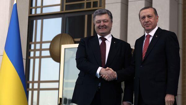 Turkey's President Recep Tayyip Erdogan and Ukraine's President Petro Poroshenko shake hands during a welcoming ceremony in Ankara. - Sputnik International
