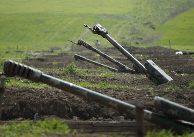 Armenian artillery is seen near Nagorno-Karabakh's town of Martuni, 8 April 2016.