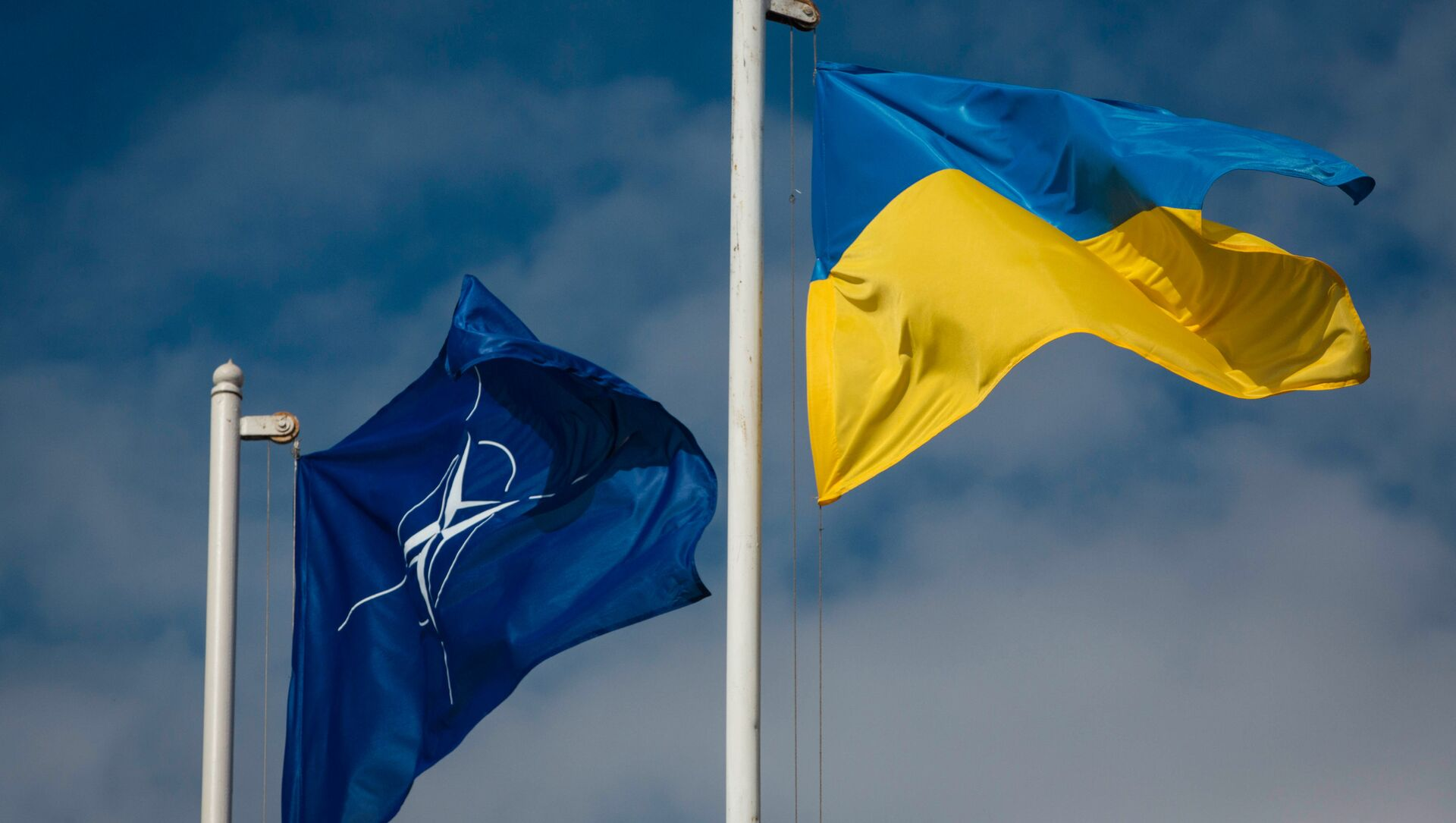 National flag of Ukraine and the NATO flag - Sputnik International, 1920, 14.06.2021