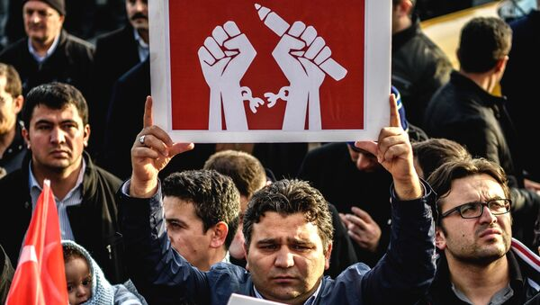 A man holds up a placard as people demonstrate in support of Turkish daily newspaper Zaman in front the headquarters in Istanbul on March 4, 2016. - Sputnik International