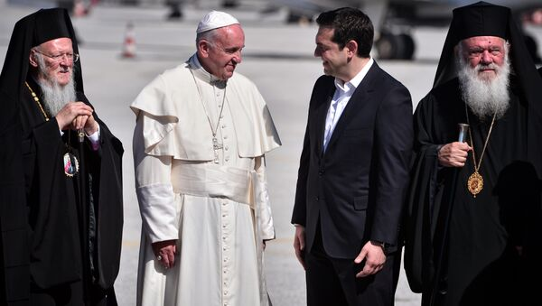 Pope Francis (2nd-L) speaks with Greek Prime Minister Alexis Tsipras (2nd-R) next to Archbishop of Constantinople and Ecumenical Patriarch Bartholomew I (L) and Archbishop of Athens and All Greece Ieronymos II (R) upon his arrival on the Greek island of Lesbos on April 16, 2016 - Sputnik International