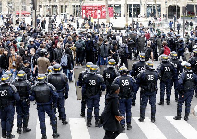 Riot policemen stand guard the Place de la Republique as protesters demonstrate against the labour reform laws in Paris on April 14, 2016