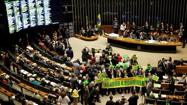 Lower house members who support the impeachment demonstrate during a session to review the request for Brazilian President Dilma Rousseff's impeachment, at the Chamber of Deputies in Brasilia, Brazil April 15, 2016 - Sputnik International