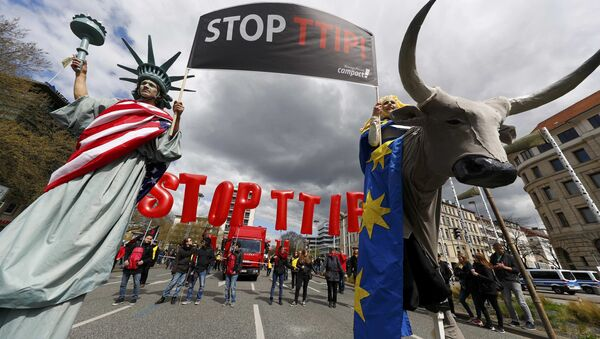 Protesters depicting Statue of Liberty (L) and Europa on the bull take part in a demonstration against Transatlantic Trade and Investment Partnership (TTIP) free trade agreement ahead of US President Barack Obama's visit in Hanover, Germany April 23, 2016 - Sputnik International