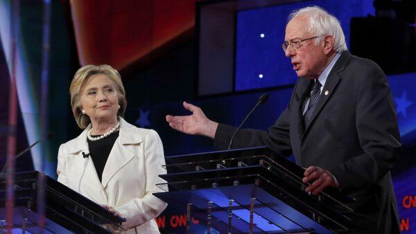Democratic U.S. presidential candidate Hillary Clinton (L) listens to Senator Bernie Sanders speak during a Democratic debate hosted by CNN and New York One at the Brooklyn Navy Yard in New York April 14, 2016 - Sputnik International