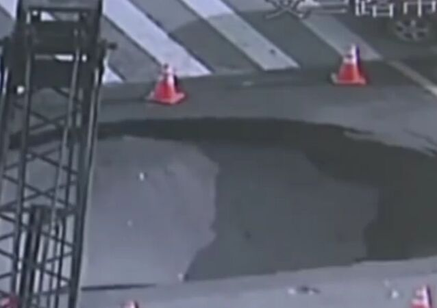 Sinkhole Appears in The Middle Of A Busy Road in Hangzhou, China