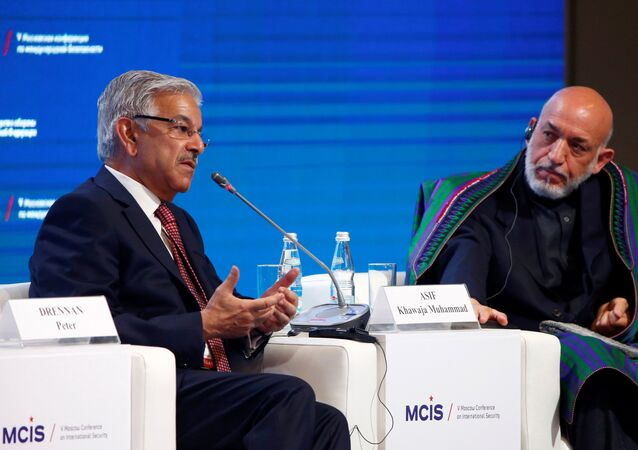 Pakistani Defence Minister Khawaja Asif (L) and former Afghan President Hamid Karzai attend the 5th Moscow Conference on International Security (MCIS) in Moscow, Russia, April 27, 2016.