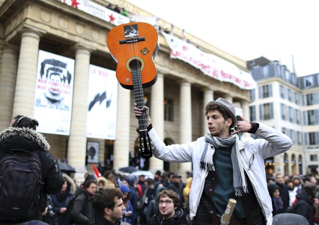 A demonstrator holds up his guitar in support of temporary arts workers, known as intermittents, who occupy the Odeon theatre in Paris, France, April 26, 2016, to protest against the change of their unemployment benefits.
