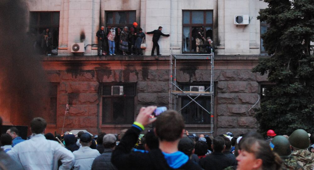 People escaping onto the siding during the fire in the Trade Unions Building in Odessa
