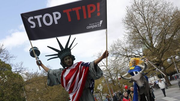 Protesters depicting Statue of Liberty (L) and Europa on the bull take part in a demonstration against Transatlantic Trade and Investment Partnership (TTIP) free trade agreement ahead of US President Barack Obama's visit in Hanover, Germany April 23, 2016. - Sputnik International