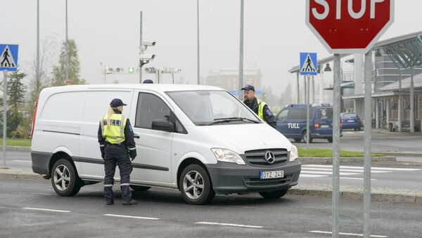 Finnish customs officers stop and inspect cars on Finland's northern border with Sweden to prevent illegal immigration and human trafficking. - Sputnik International