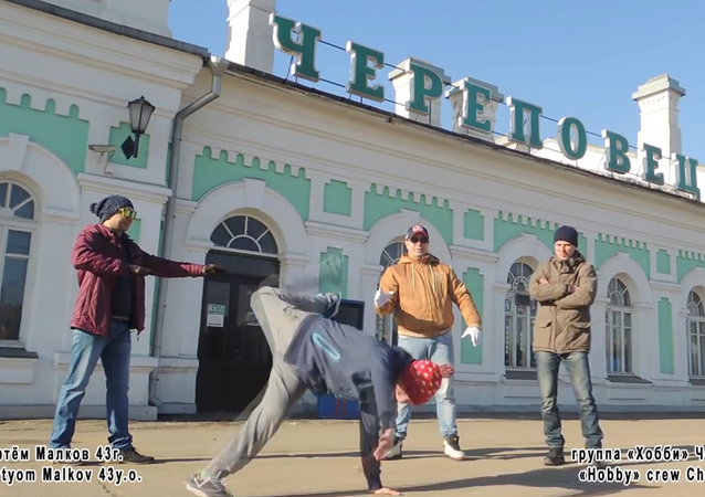 To mark the 30th anniversary of the very first break-dance festival in the Soviet Union, 50 former members of the festival organized a dance flashmob, Ruposters.ru said.
