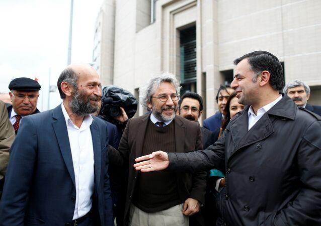 Can Dundar (C), editor-in-chief of Cumhuriyet, accompanied by his Ankara bureau chief Erdem Gul (L) arrive at the Justice Palace in Istanbul, Turkey May 6, 2016.