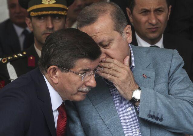 Turkey President Recep Tayyip Erdogan (R) speaks with Turkish prime minister Ahmet Davutoglu (L) (file)