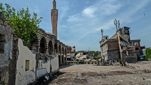 Damaged houses and a mosque are pictured in the historical district in Diyarbakir, southeastern Turkey, on May 5, 2016 - Sputnik International