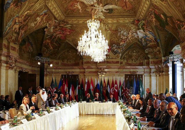 US Secretary of State John Kerry (C), Italian Foreign Minister Paolo Gentiloni and UN Libya envoy Martin Kobler (R) attend the ministerial meeting on Libya in Vienna, Austria, May 16, 2016.