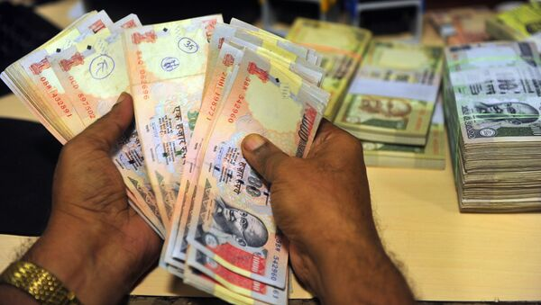 An Indian employee looks for illegal Indian rupee currency notes at a bank in Mumbai on September 3, 2013 - Sputnik International