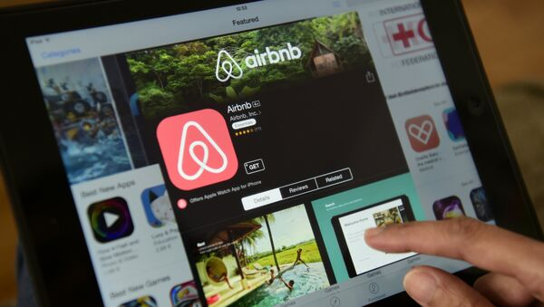 A woman browses the site of US home sharing giant Airbnb on a tablet in Berlin on April 28, 2016. - Sputnik International
